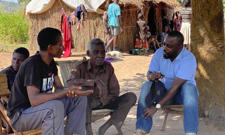 Photo of Tanganyika : Zoé Kabila écoute les problèmes de ses administrés, la simplicité du Gouverneur saluée