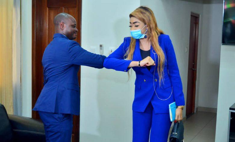 Photo of Covid-19 et sensibilisation des jeunes : Billy Kambale confère avec la coordonnatrice d'Educ TV