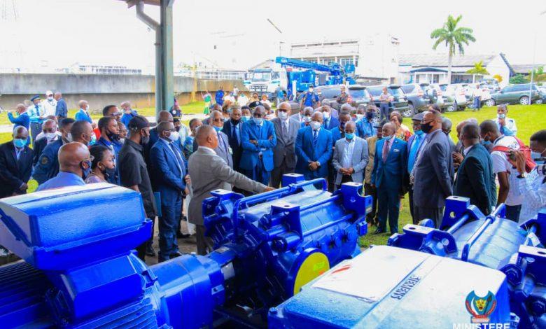 Photo of Le Ministre d'État Eustache Muhanzi remet des motopompes neuves aux usines REGISEDO de Ndjili et Lukaya