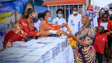 Photo of Festivités de fin d'année: Solange Masumbuko lance l'Opération «Toza lolenge moko» et partage des repas avec les passants de toutes catégories