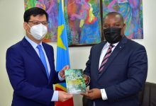 Photo of COP 15 : Me Claude Nyamugabo réaffirme à l'ambassadeur chinois Zhu Jing l'engagement de la RDC à parriciper aux travaux préparatoires