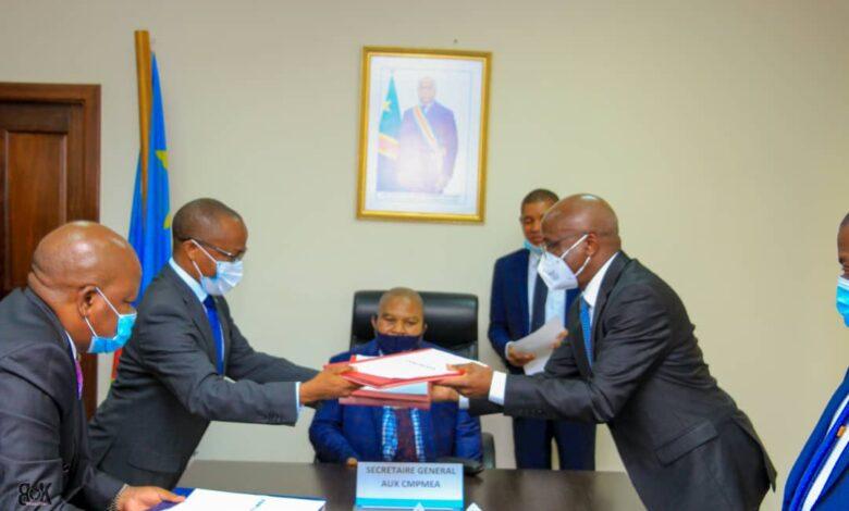 Photo of Ministère des Classes moyennes et PMEA: Justin Kalumba cède le bâton de commandement à Me Eustache Muhanzi